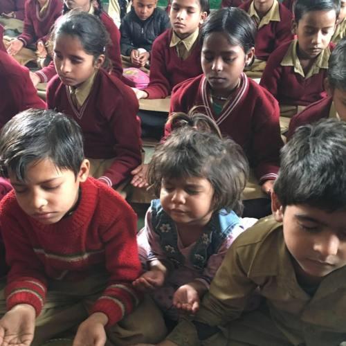 indian-children-meditating